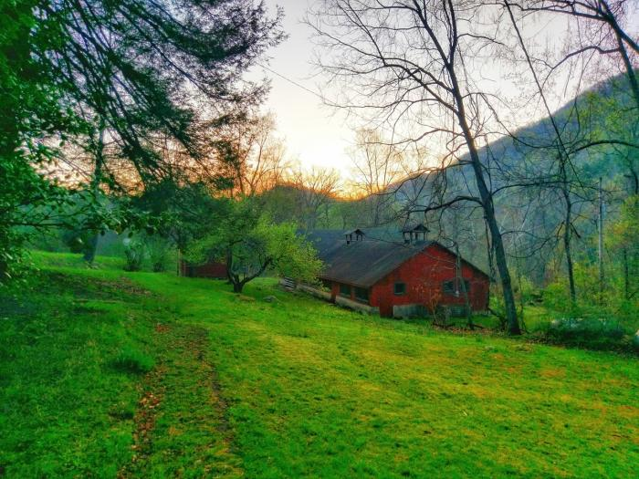 The barn at Pine Mountain Settlement School, photo by Sky Marietta